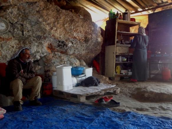 Grotta er ein liten heim for sju mennesker. Her bur dei tett saman, 6 månadar i året